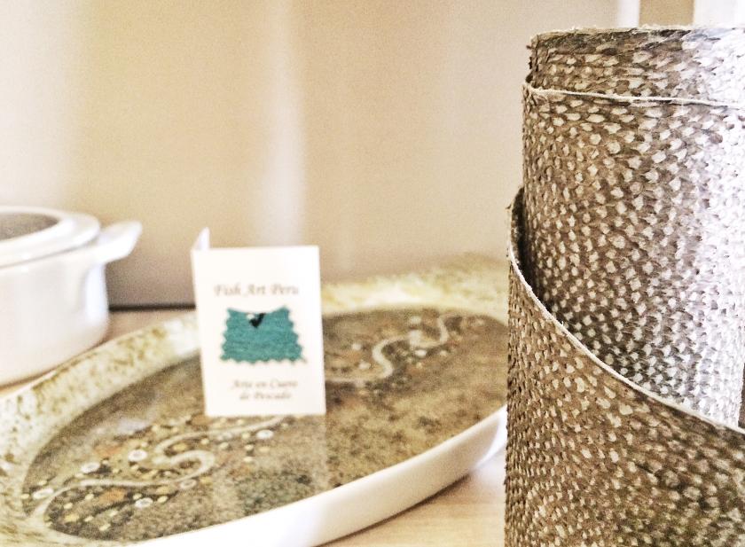 Delicados trabajos artesanales: acá una vajilla estampada con piel de pescado.
