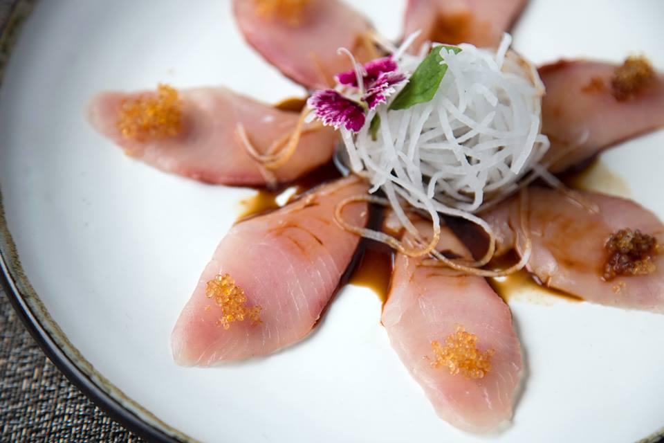 tiradito japonés- pescado blanco y salsa ponzu.
