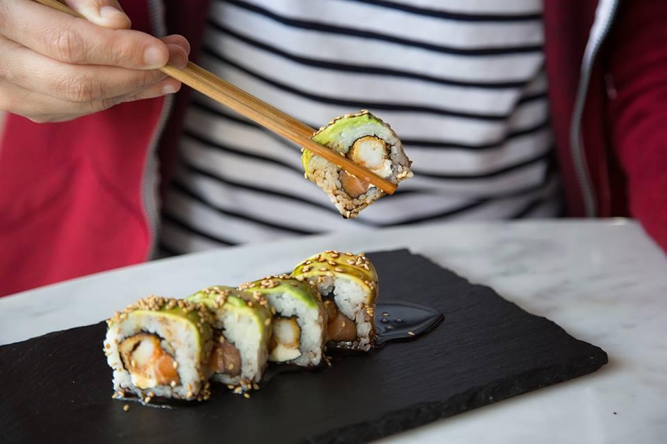 Antojo de miércoles- maki avocado de langostino empanizado, salmón y queso crema, cubierto con láminas de palta #Oishii #LaCarta #Makis