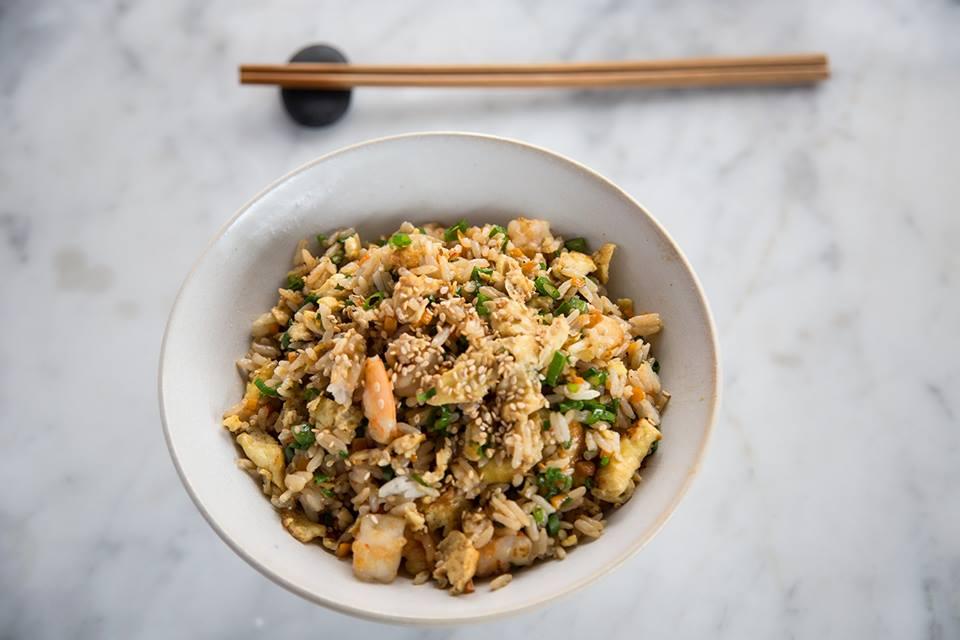 Yakimeshi de langostino- arroz salteado al Wok con langostino, verduras, pecanas, ajonjoli tostado y fideo de arroz frito. #LaCarta #Oishii