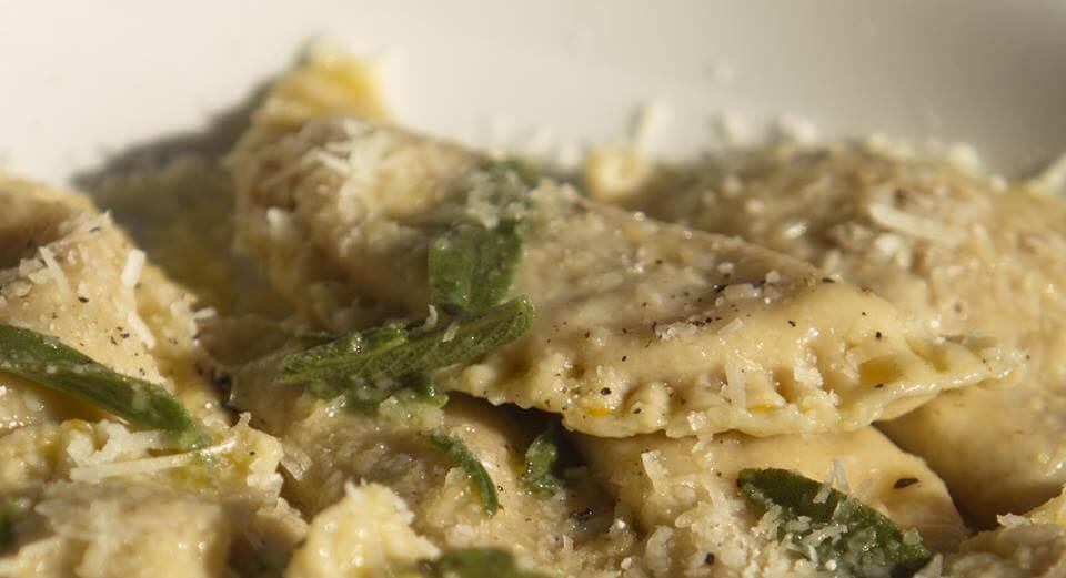 Ravioli Di Zucca al Burro e Salvia Ravioles rellenos de Zapallo, Parmigiano y Galletas Amaretti servidos con una Salsa de Mantequilla,