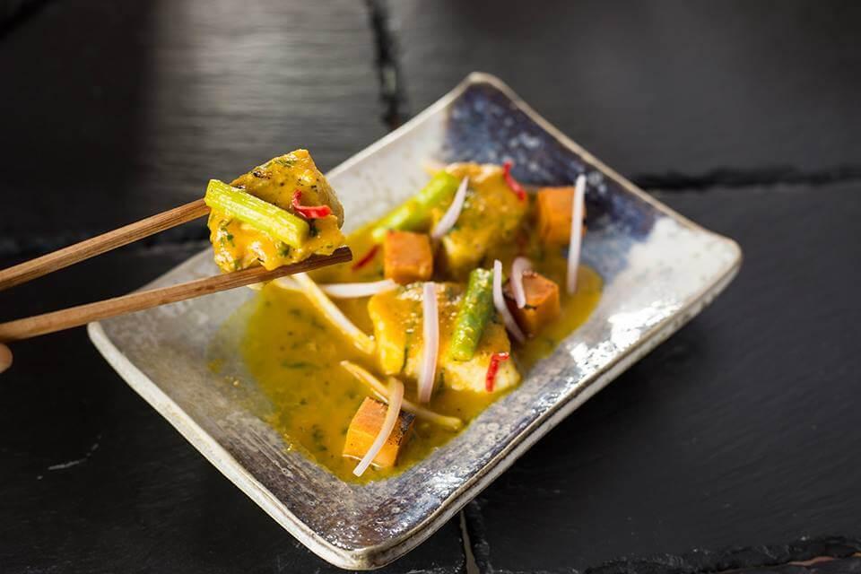 cebiche caliente oishii, pesca del dia salsa acevichada de aji amarillo y camote ahumado