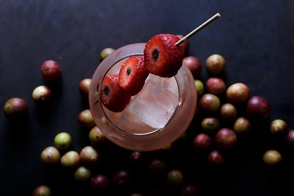 -Basil. Pisco Albilla, sake, fresa, albahaca y azahar osaka
