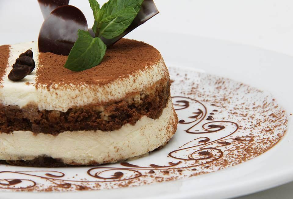 "il tiramisu'.  Es un postre cremoso preparado con ""biscotti savoiardi"", remojados en café, con una crema de queso mascarpone y zabaione."