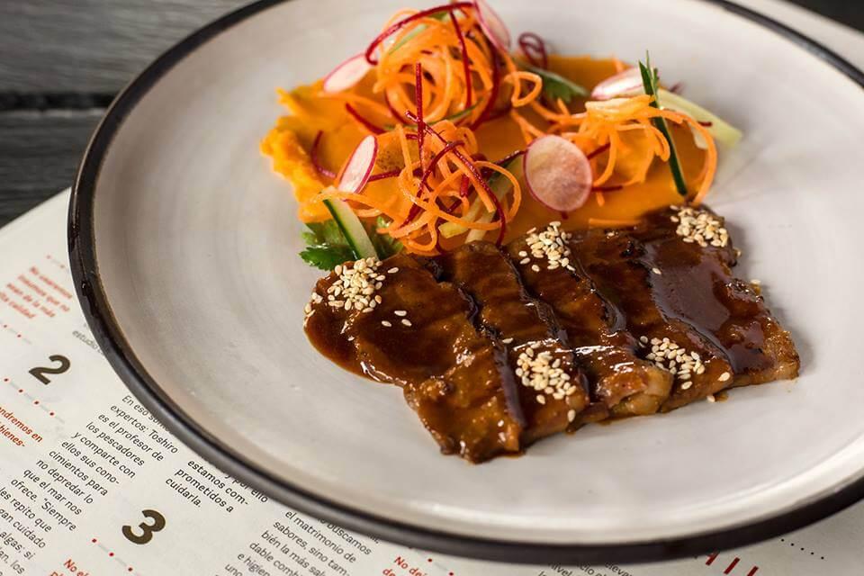 pato oriental marinado en salsa de ajonjolí, cítricos y especias japonesas con puré de camote y maracuyá (1)