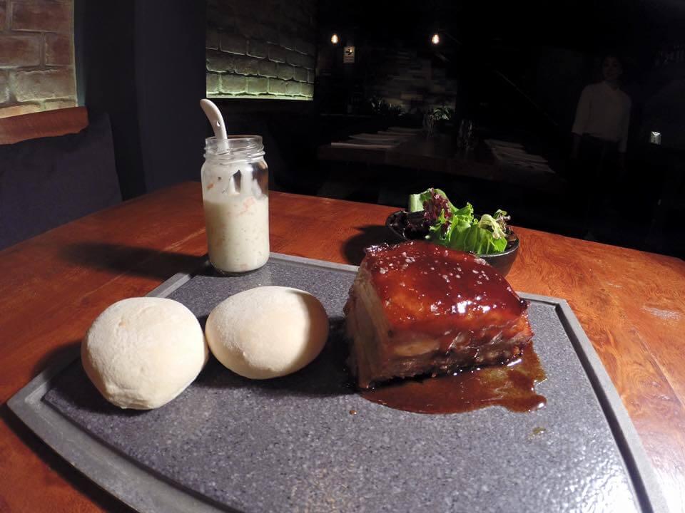 -Chanchito Hoisin- - Panceta de cerdo cocida a baja temperatura y bañada en salsa oriental. Viene acompañada de lechugas frescas, coleslaw y pan árabe para armar sanguchitos... kilo
