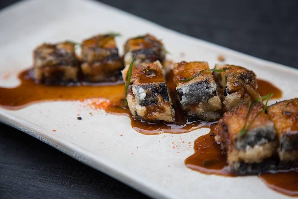Gyoza nasu Berenjena japonesa frita rellena de cerdo y langostinos con salsa oriental oishii 2