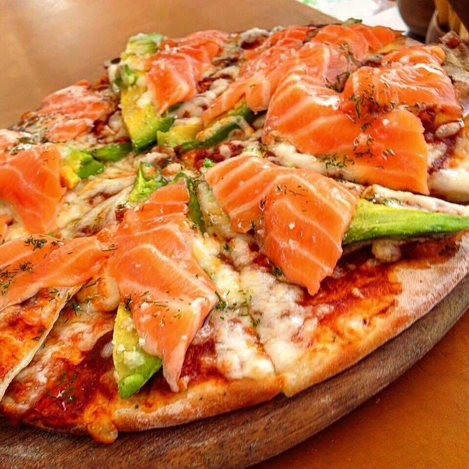 pizzas-al-horno-de-barro-salmon-mozarella-palta-dill-ladrillera