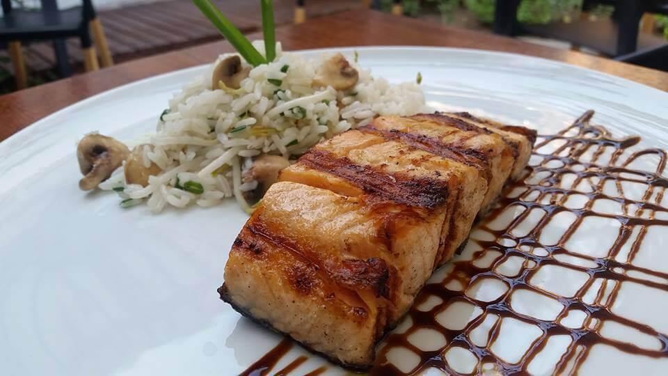 salmon-en-salsa-teriyaki-acompan%cc%83ado-de-arroz-oriental