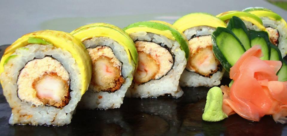 summerroll-un-plato-preferido-por-todos-lleva-langostino-empanizado-pulpa-de-cangrejo-cubierta-de-palta-y-deliciosa-salsa-de-anguila-makoto