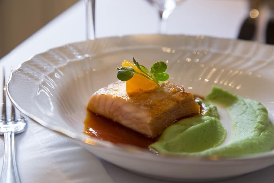 salmon-sobre-pure-de-abas-tiernas-al-wasabi