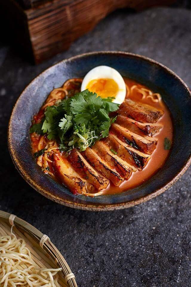 osaka-ramen-un-caldo-sustancioso-con-toque-picante-pasta-fresca-frijol-chino-huevo-y-panceta-de-cerdo-a-la-parrilla