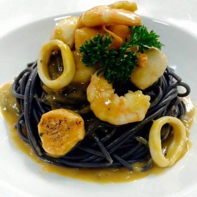 spaghetti-nero-di-seppia-pasta-de-tinta-de-calamar-con-frutos-del-mar-en-salsa-americana
