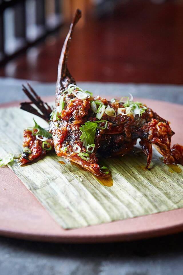 osaka-san-isidro-shiromi-a-la-brasa-pescado-blanco-marinado-en-salsa-de-soya-con-salsa-de-ajo-crocante-almendras-y-ajies-peruanos